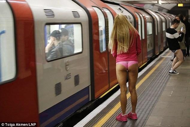 Kelnes už streikus: Nuolatiniai 'Vamzdžio' keleiviai šviečia apatiniais prieš tai, kai chaosas apėmė Londoną