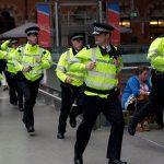Didžiosios Britanijos policijos pareigūnai buvo paklausti, ar norėtų nešiotis ginklus, atsižvelgiant į galimus teroristinius išpuolius