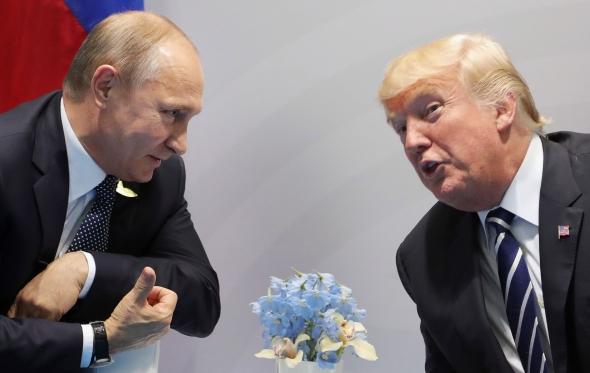 Per pirmąsias tiesiogines derybas Trumpas spaudė Putiną dėl kišimosi į rinkimus