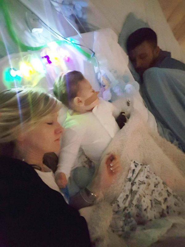 Britanijoje nepagydomai sergantį kūdikį mėginantys išgelbėti tėvai pasirodė emocingame teismo posėdyje